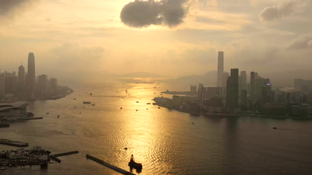 홍콩 의 고층 마천루 건물의 도시 전망 - 금융 경제 센터의 현대 도시 스카이 라인 건물 - 항공기시점 스톡 비디오 및 b-롤 화면