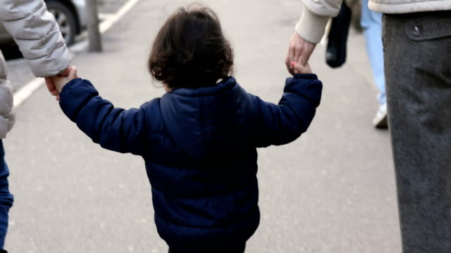 stadsvandring - enbarnsfamilj bildbanksvideor och videomaterial från bakom kulisserna