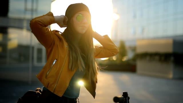 stadt-frau - sonnenbrille stock-videos und b-roll-filmmaterial