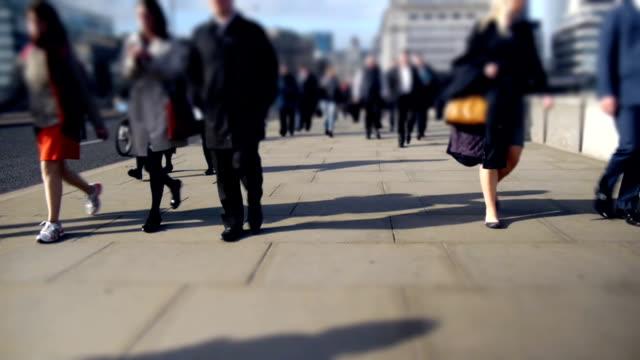 lavoratori della città andando a casa a london bridge - london bridge inghilterra video stock e b–roll