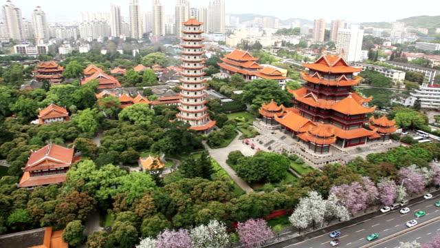 都市の景観 - xichan 寺、福州、福建省、中国の空撮。 - 仏塔点の映像素材/bロール