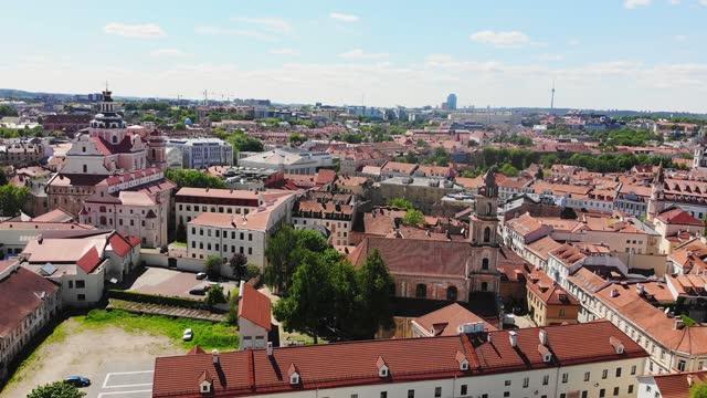 stadtbild und rote dachgebäude von vilnius, litauen im sommer. schöner panoramablick auf die altstadt. unesco-weltkulturerbe - litauen stock-videos und b-roll-filmmaterial