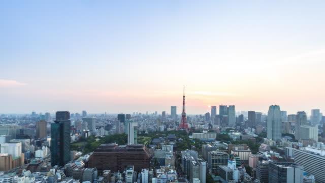 都市の景観とサンライズで東京タワーに近く、ダウンタウンのスカイライン。 ビデオ