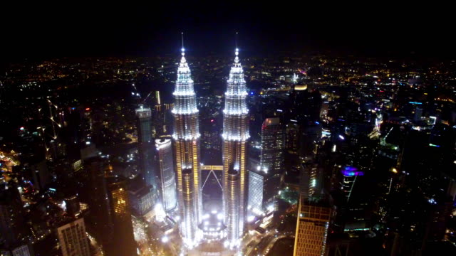 stadsbilden och skyline av kuala lumpur på natten. - petronas twin towers bildbanksvideor och videomaterial från bakom kulisserna