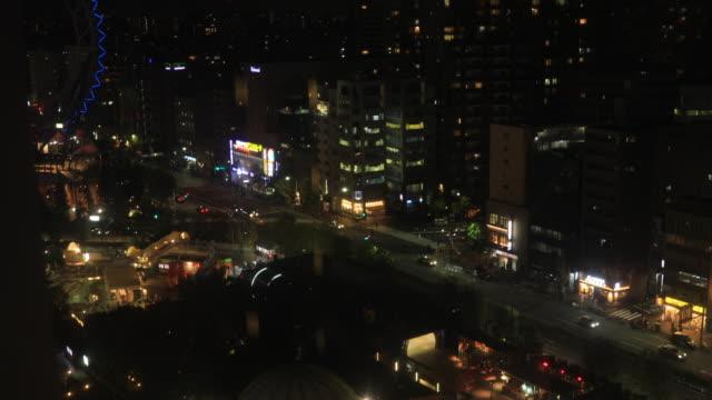 Ein Stadtbild aus fallendem Aufzug in der Stadt in Tokio Weitschuss-Hochwinkel – Video