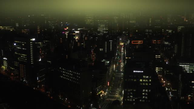 Ein Stadtbild aus dem aufsteigenden Aufzug in der Stadt in Tokio weit geschossenen Hohen Winkel – Video