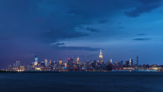 Cityscape of a summer evening storm and lightning in New York City - vídeo