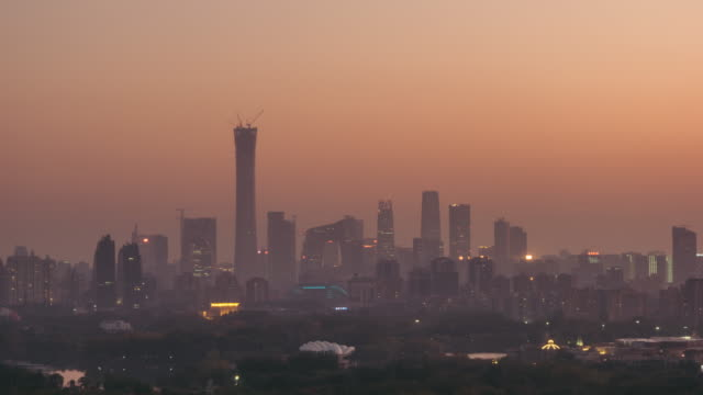 stockvideo's en b-roll-footage met t/l zi cityscape van beijing in de luchtverontreiniging, schemering naar nacht overgang - broeikasgas