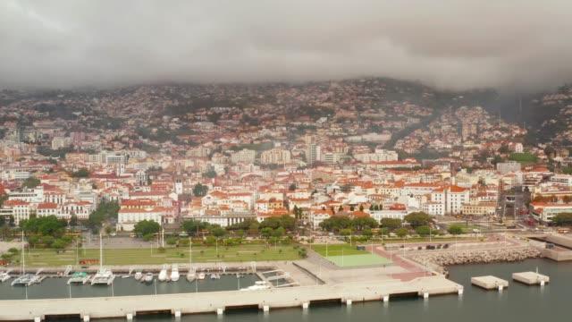 vídeos de stock e filmes b-roll de cityscape of funchal, madeira, portugal. - ilha da madeira