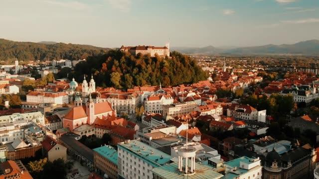 夕暮れ時のスロベニアの首都リュブリャナの街並み。 - スロベニア点の映像素材/bロール