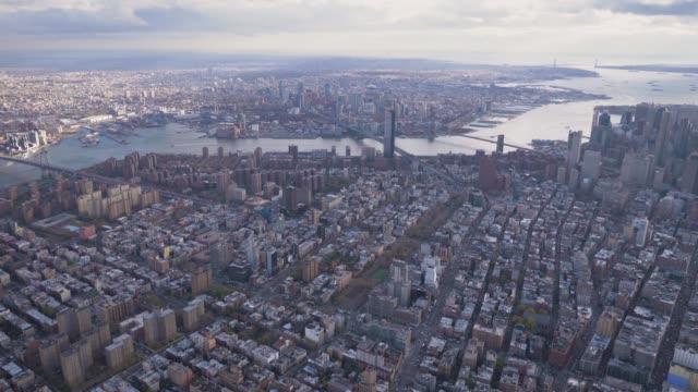 vidéos et rushes de paysage urbain du quartier de lower manhattan. vue aérienne. révéler le coup. new york city - inclinaison vers le haut