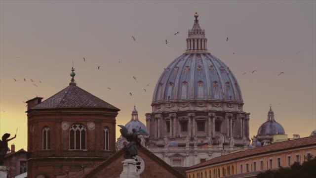 gün batımında roma cityscape: kubbe ve manzarası - vatikan şehir devleti stok videoları ve detay görüntü çekimi
