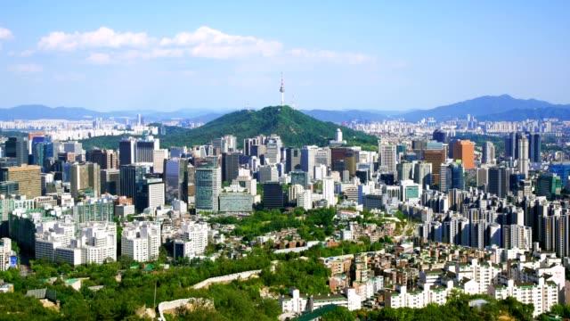 vídeos y material grabado en eventos de stock de paisaje urbano de la ciudad de seúl con cielo azul y la torre de seúl, corea del sur. - n seoul tower