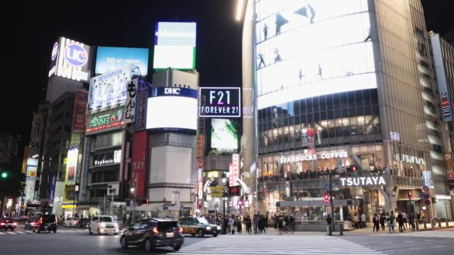 東京の街並み、夜の渋谷交差点 - 看板点の映像素材/bロール