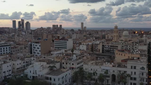 lo skyline del paesaggio urbano, vista aerea dello skyline del tramonto città di tripoli, libia. - libia video stock e b–roll