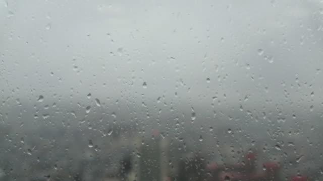 高層ビルで雨滴とガラス窓からの景観 ビデオ