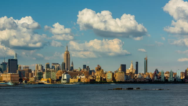Cityscape time lapse of a summer afternoon in New York City with Midtown skyscrapers - vídeo