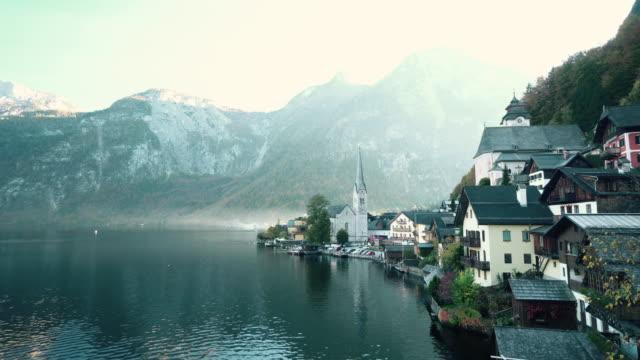 vídeos de stock, filmes e b-roll de vista da paisagem urbana da aldeia de hallstatt áustria - áustria