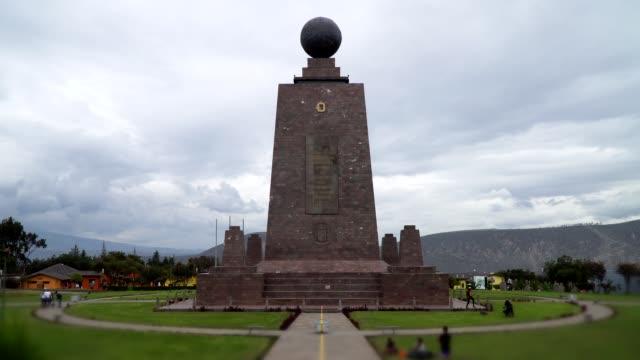 ciudad mitad del mundo, equator monument, quito, ecuador - ekvatorn latitud bildbanksvideor och videomaterial från bakom kulisserna