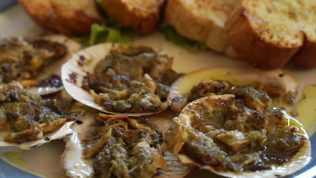 vídeos de stock e filmes b-roll de clams with garlic butter baked serve with garlic bread - assado no forno