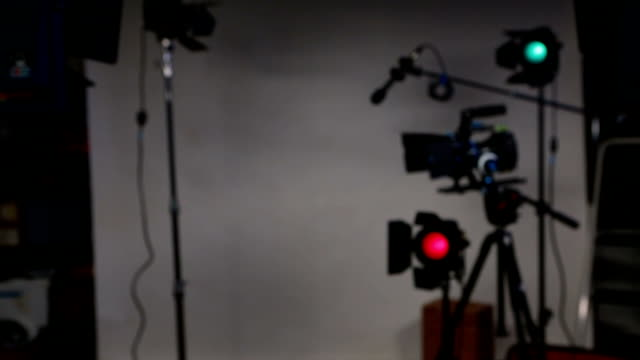 stockvideo's en b-roll-footage met clapper movie slate on dslr video set 4 takes - studio