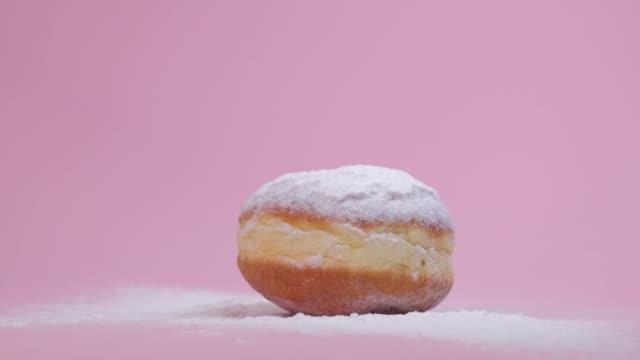 vídeos y material grabado en eventos de stock de un choque de dos deliciosas rosquillas redondas con un relleno. un postre muy dulce. - glaseado para postres