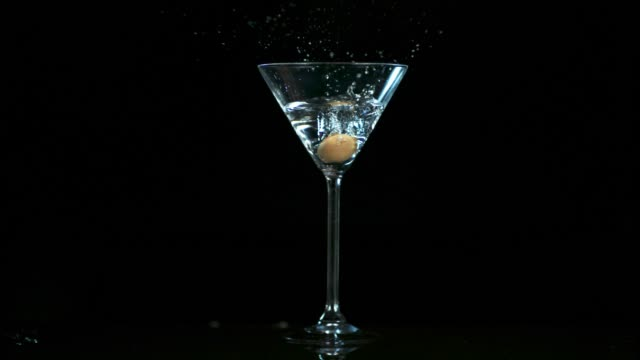 stockvideo's en b-roll-footage met klasse in een glas - martiniglas