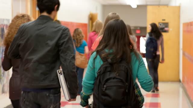 vidéos et rushes de les cours commencent - couloir