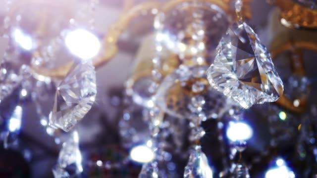 klasik üçgen şekli kristalleri. - avize aydınlatma ürünleri stok videoları ve detay görüntü çekimi