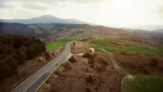 Klassischen toskanischen Blick von einer Drohne: Radfahrer auf der Straße – Video