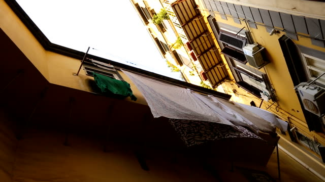 Rue d'italien classique avec des maisons basses confortables et lessive sur les balcons, séquence - Vidéo