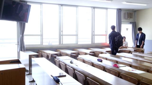 講義室で楽しそうに話す同級生 - 高等学校点の映像素材/bロール