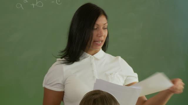 04-Hausaufgaben mit parlamentarischer Bestuhlung – Video