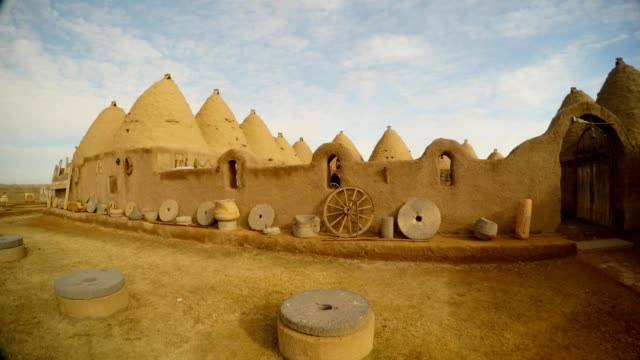 clay houses of the dwelling of antiquity, south-east of Turkey, on the border with Syria Ancient ruins and houses in Harran - a small Arab city, neighborhood on the border with Syria near the sacred city of Shanilurfa East Turkey brick stock videos & royalty-free footage