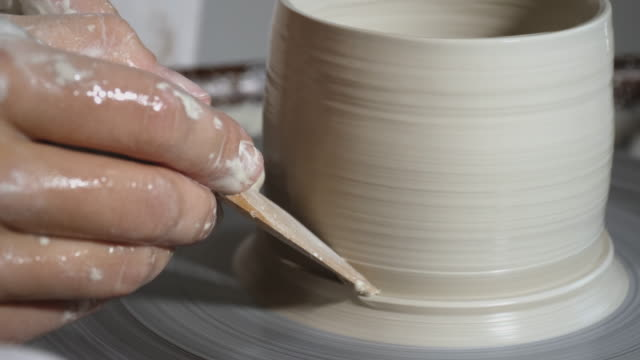 vídeos de stock, filmes e b-roll de pote de argila girando na roda de cerâmica - cerâmica artesanato