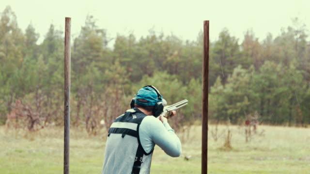 vídeos de stock e filmes b-roll de clay target shooter hitting the mark - estónia