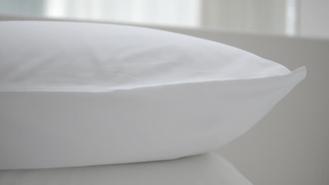 vídeos y material grabado en eventos de stock de almohada blanca limpia y cómoda en la cama - almohada