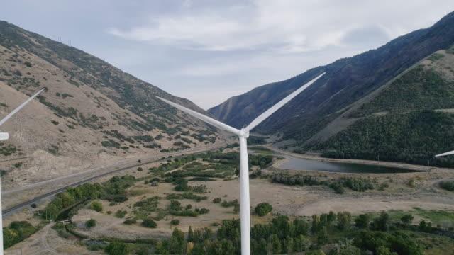 風車からクリーン エネルギー - 人の居住地点の映像素材/bロール