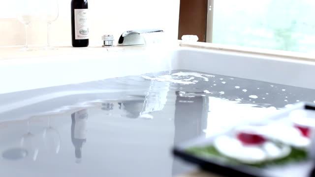 きれいな水のスパバスタブでモダンなバスルーム - バス点の映像素材/bロール