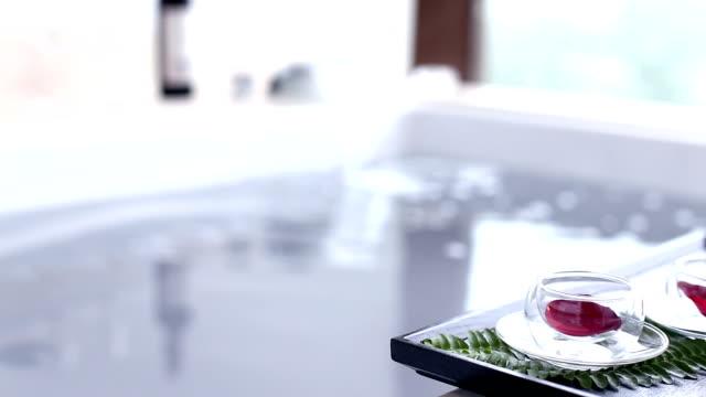 Sauberes Wasser in der spa-Badewanne im modernen Badezimmer – Video