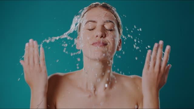 stockvideo's en b-roll-footage met schoon water is alles wat het kost - woman water