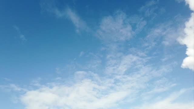 sauberes wetter und sommerhimmel-zeitraffer mit weißem zirrus und weißen dichten, flauschigen wolken in blauem himmel - zirrus stock-videos und b-roll-filmmaterial
