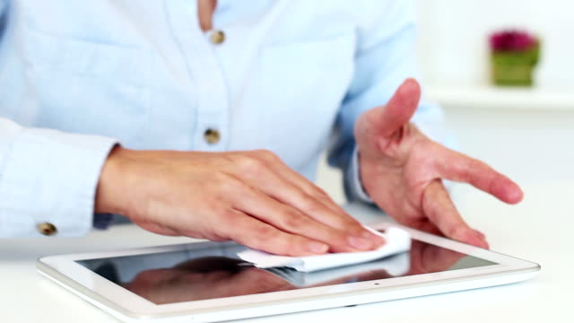 vídeos de stock e filmes b-roll de limpar o ecrã táctil - senior business woman tablet