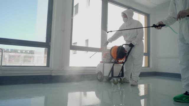 pulizia e disinfezione delle superfici in ospedale - addetto alle pulizie video stock e b–roll
