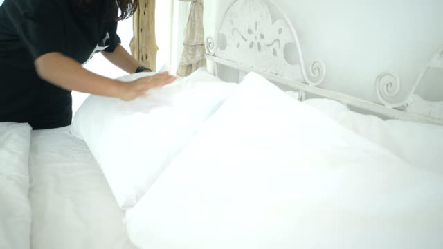cleaning and making bed - struttura pubblica video stock e b–roll