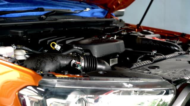 cleaning car engine and open hood - spoiler filmów i materiałów b-roll