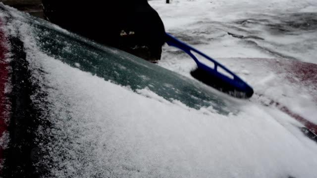 rengöring av vindrutan på en bil av snö och is. - djupsnö bildbanksvideor och videomaterial från bakom kulisserna