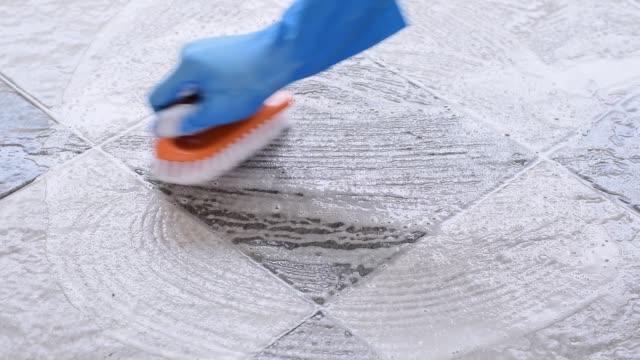 rengöring på kakel golvet. - construction workwear floor bildbanksvideor och videomaterial från bakom kulisserna