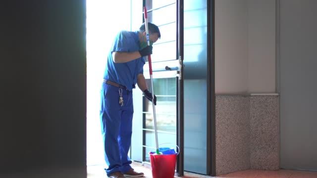 vídeos y material grabado en eventos de stock de limpieza profesional fregado con productos de limpieza - brigada