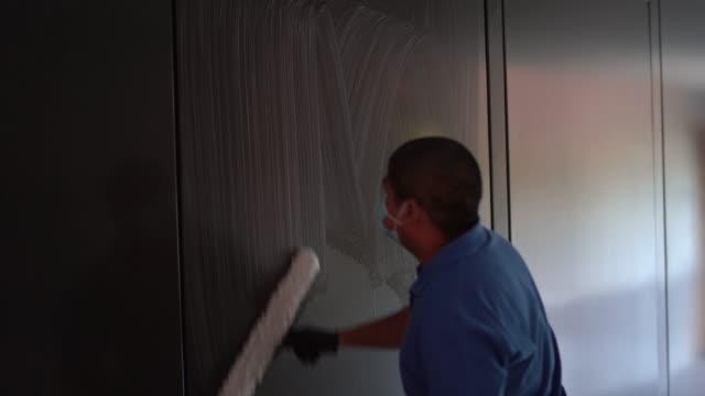 vídeos y material grabado en eventos de stock de personal de limpieza desinfectar todo para evitar la propagación de covid19 - brigada